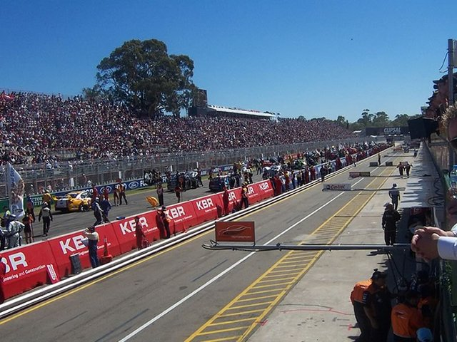 Crowds at the Clipsal 500